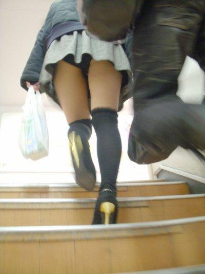 ミニスカ逆さ盗撮で黄ばんだロリパンツの下着エロ画像3枚目