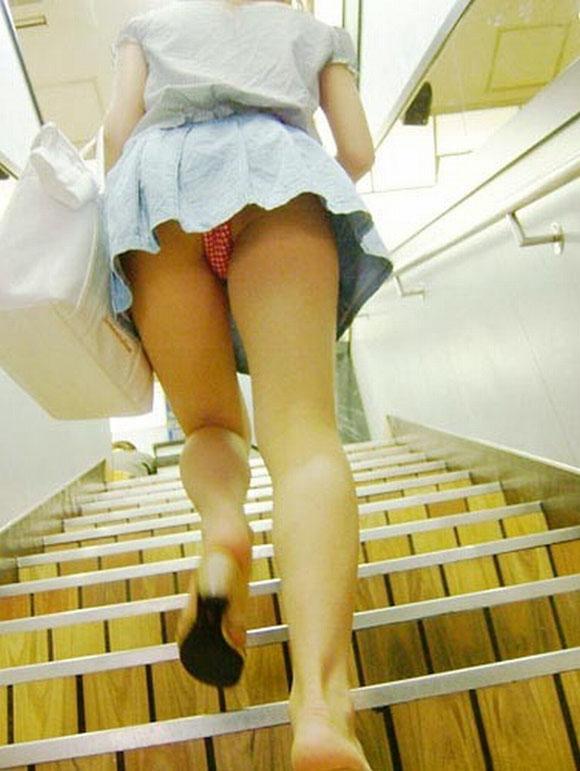 ミニスカ逆さ盗撮で黄ばんだロリパンツの下着エロ画像10枚目