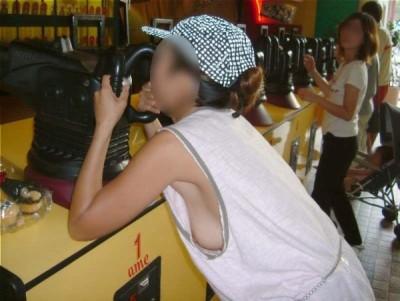 jk妹の胸チラ盗撮で見えた小さな乳首エロ画像5枚目