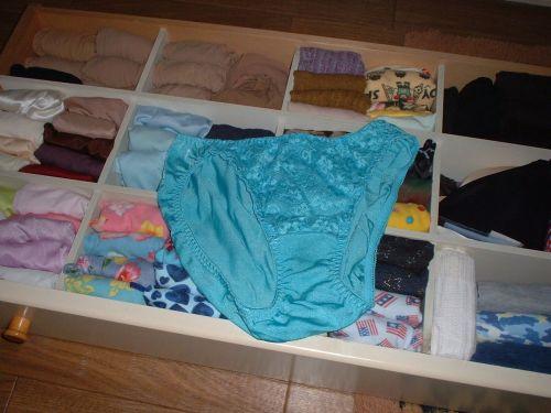jc妹の洗濯前のクロッチ汚れの下着盗撮エロ画像5枚目