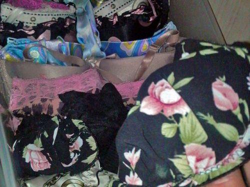 jc妹の洗濯前のクロッチ汚れの下着盗撮エロ画像8枚目