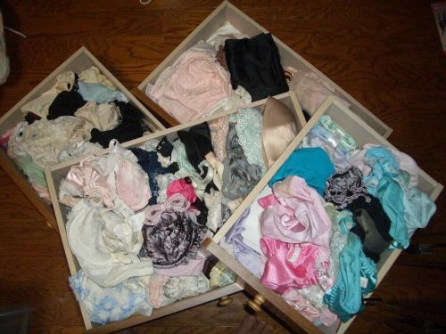 jc妹の洗濯前のクロッチ汚れの下着盗撮エロ画像10枚目