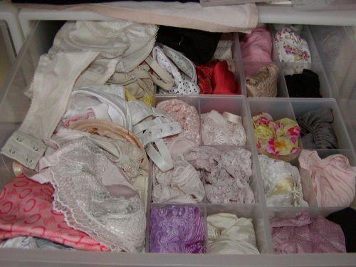 jc妹の洗濯前のクロッチ汚れの下着盗撮エロ画像12枚目
