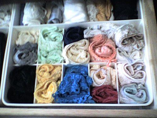 jc妹の洗濯前のクロッチ汚れの下着盗撮エロ画像13枚目