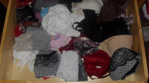 jc妹の洗濯前のクロッチ汚れの下着盗撮エロ画像14枚目