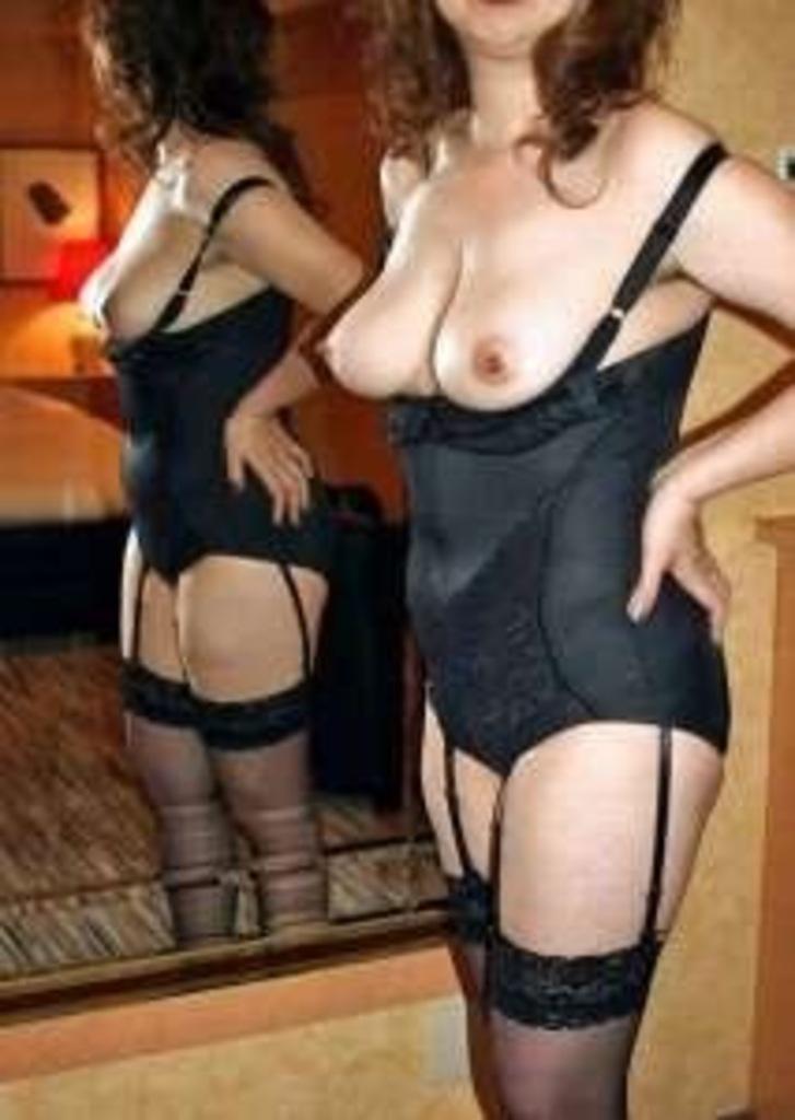 不倫人妻や熟女の矯正下着が生々しいエロ画像12枚目