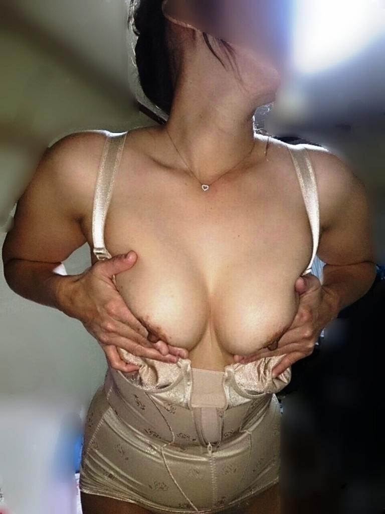 不倫人妻や熟女の矯正下着が生々しいエロ画像15枚目