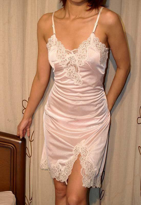 不倫をしてしまった美人人妻の下着姿のエロ画像6枚目