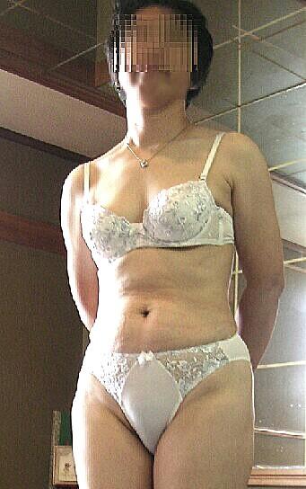 不倫をしてしまった美人人妻の下着姿のエロ画像11枚目