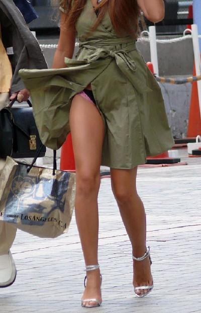 ドンキでミニスカ女子大生を逆さパンチラ盗撮エロ画像7枚目