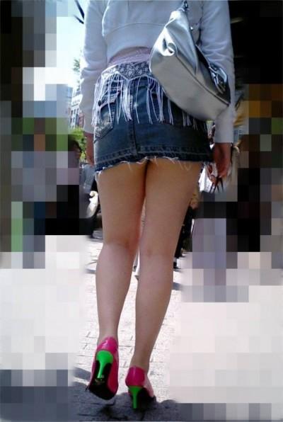 ドンキでミニスカ女子大生を逆さパンチラ盗撮エロ画像13枚目