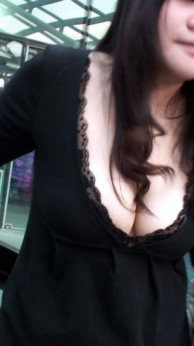 可愛い彼女の淫乱な巨乳谷間の胸チラ盗撮エロ画像5枚目