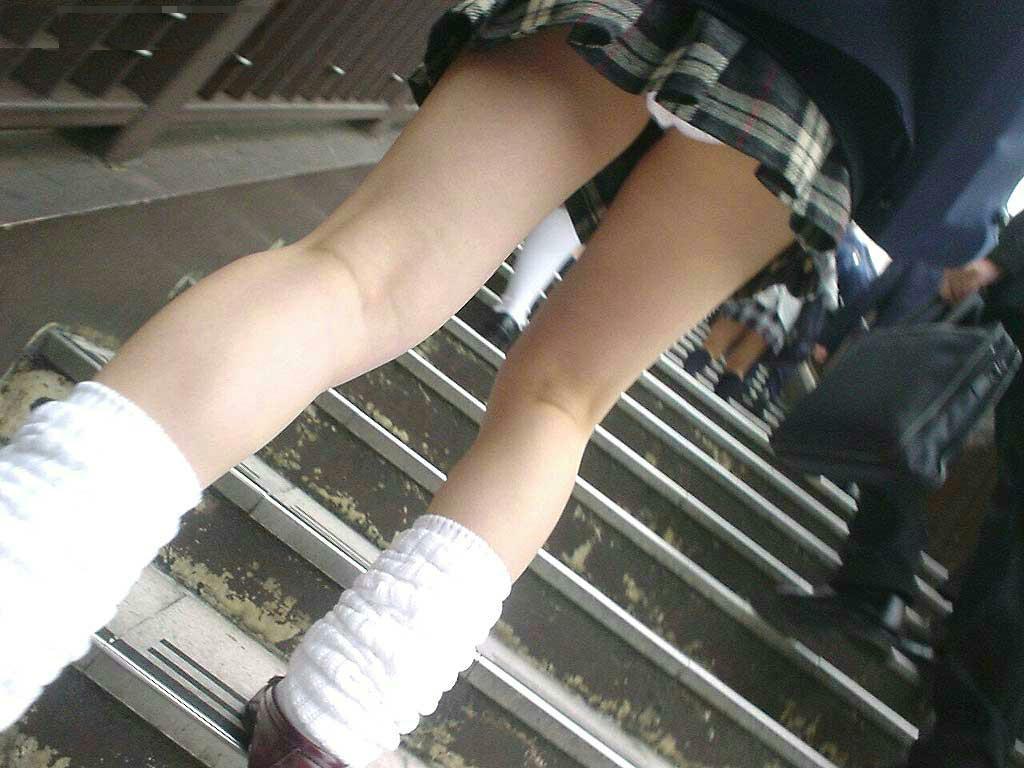 jk妹の二段ベッドの階段を昇る下着逆さ盗撮エロ画像13枚目