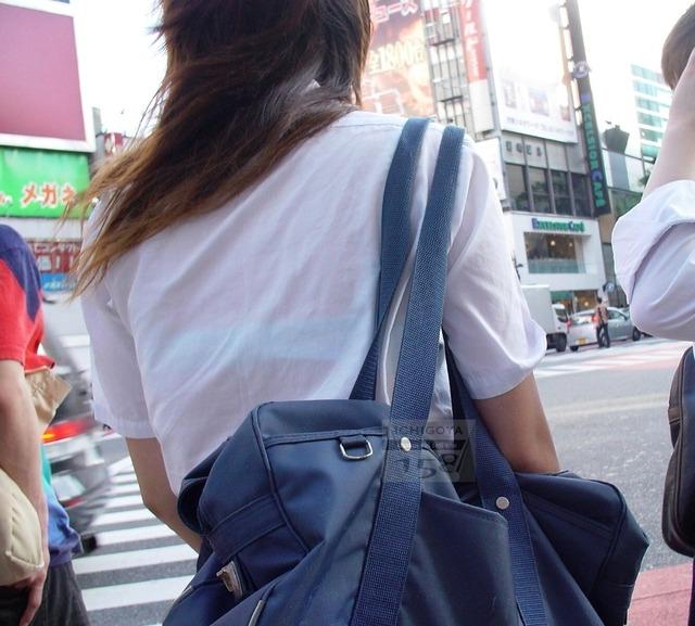 JKの街撮り透けブラジャーシーズン到来盗撮エロ画像1枚目