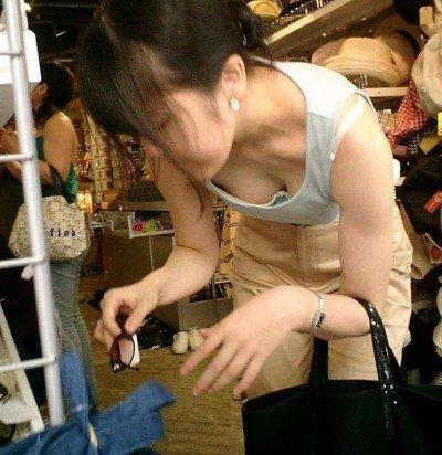 jk妹の胸チラノーブラ乳首の家庭内盗撮エロ画像6枚目
