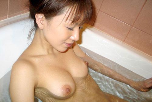 不倫人妻が恥じらいながら美巨乳を見せるエロ画像5枚目