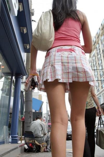 超ミニスカートで下着盗撮師を煽る女子大生のエロ画像