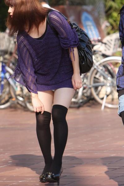 女子大生が超ミニスカで下着盗撮師を煽るエロ画像12枚目