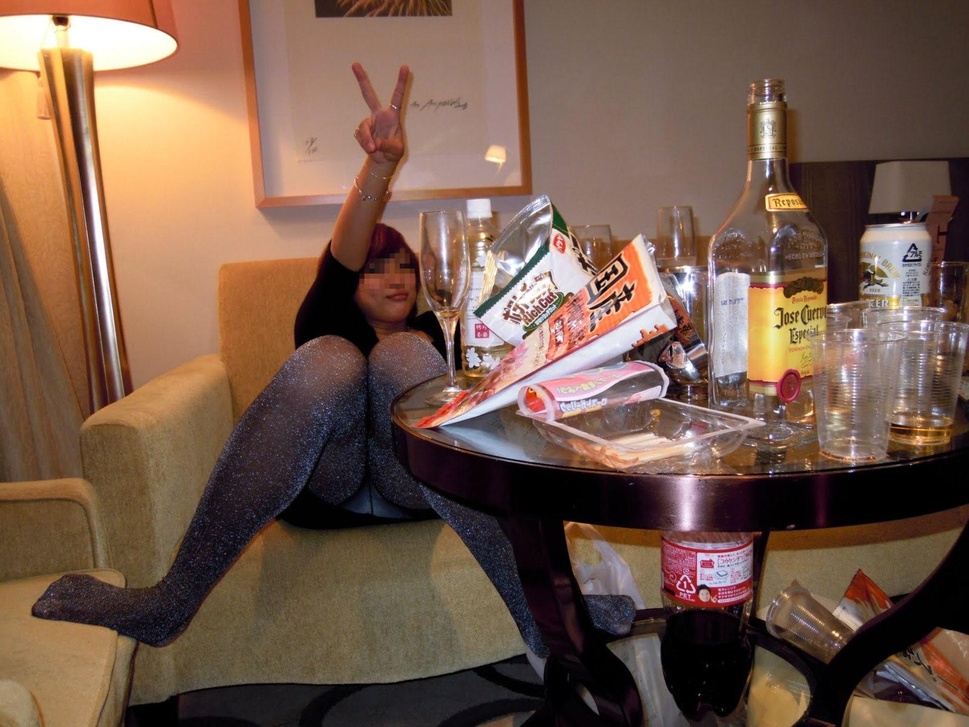 ピンクコンパニオンのビールをおまんこで飲むエロ画像14枚目