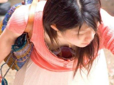 浮きブラで貧乳の乳首が見えた胸チラ盗撮エロ画像1枚目