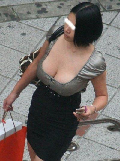 浮きブラで貧乳の乳首が見えた胸チラ盗撮エロ画像6枚目