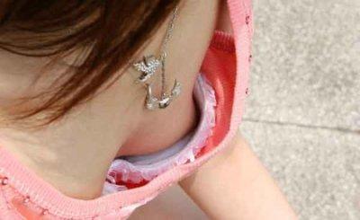浮きブラで貧乳の乳首が見えた胸チラ盗撮エロ画像10枚目