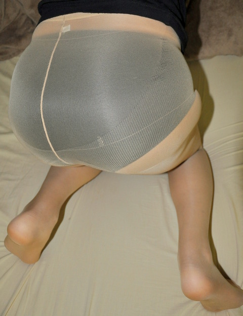 人妻が大胆に開脚してパンスト姿を見せる誘惑エロ画像2枚目