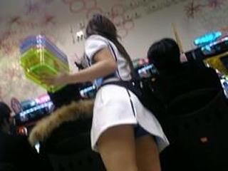 パチンコ店員の食い込んだ下着の逆さ盗撮エロ画像2枚目