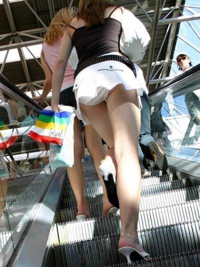 デニムのミニスカJKの階段パンチラ盗撮エロ画像8枚目