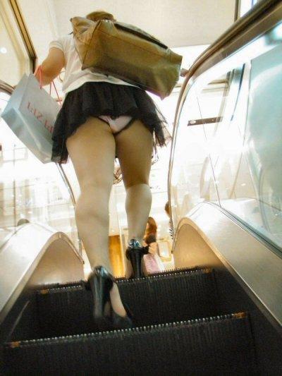 デニムのミニスカJKの階段パンチラ盗撮エロ画像16枚目