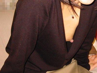 キャミソール姿の胸チラとノーブラの盗撮エロ画像11枚目
