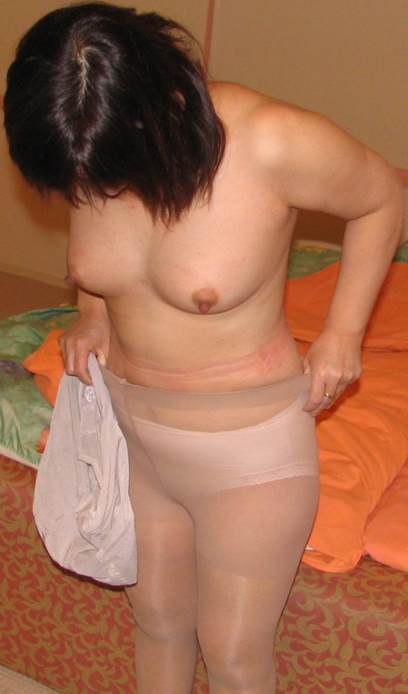 人妻が美尻を突き出す誘惑のパンスト姿エロ画像8枚目