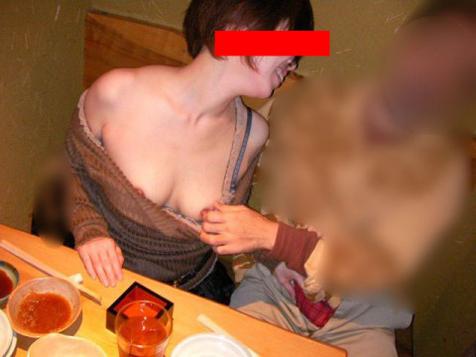 泥酔した女子大生をレイプするサークルエロ画像2枚目