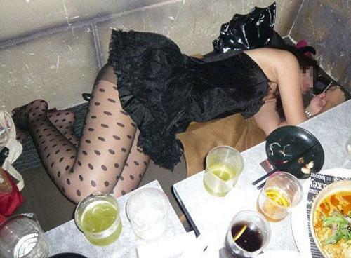 泥酔した女子大生をレイプするサークルエロ画像16枚目