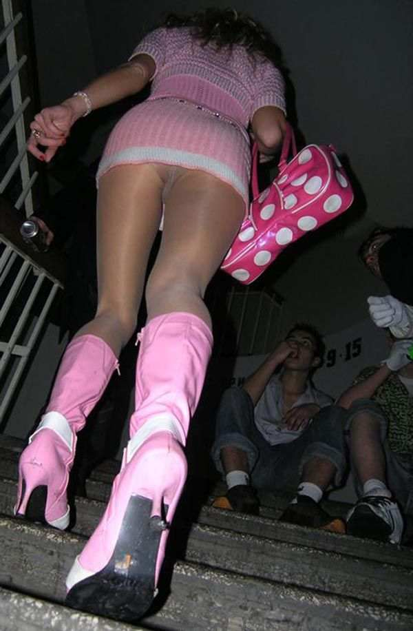 薄着jkのミニスカ階段下パンチラ下着盗撮エロ画像3枚目