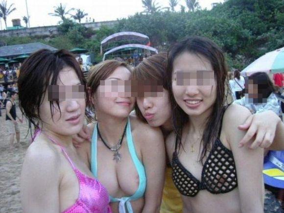 淫乱女が白水着を着て分かって盗撮されたエロ画像3枚目