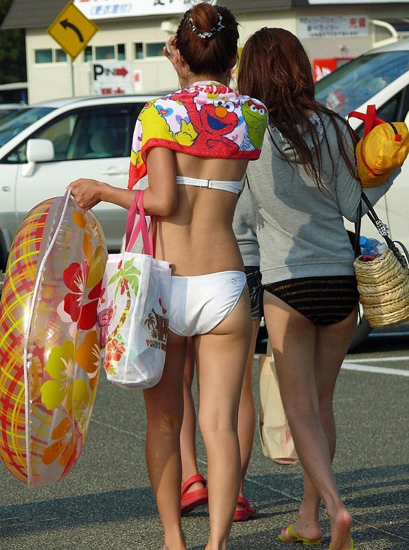 淫乱女が白水着を着て分かって盗撮されたエロ画像12枚目