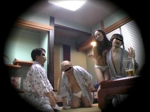 ピンクコンパニオンが複数の客相手に乱交のエロ画像3枚目
