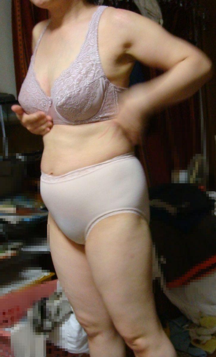 たるんだ体つきの超熟人妻の下着姿を盗撮エロ画像