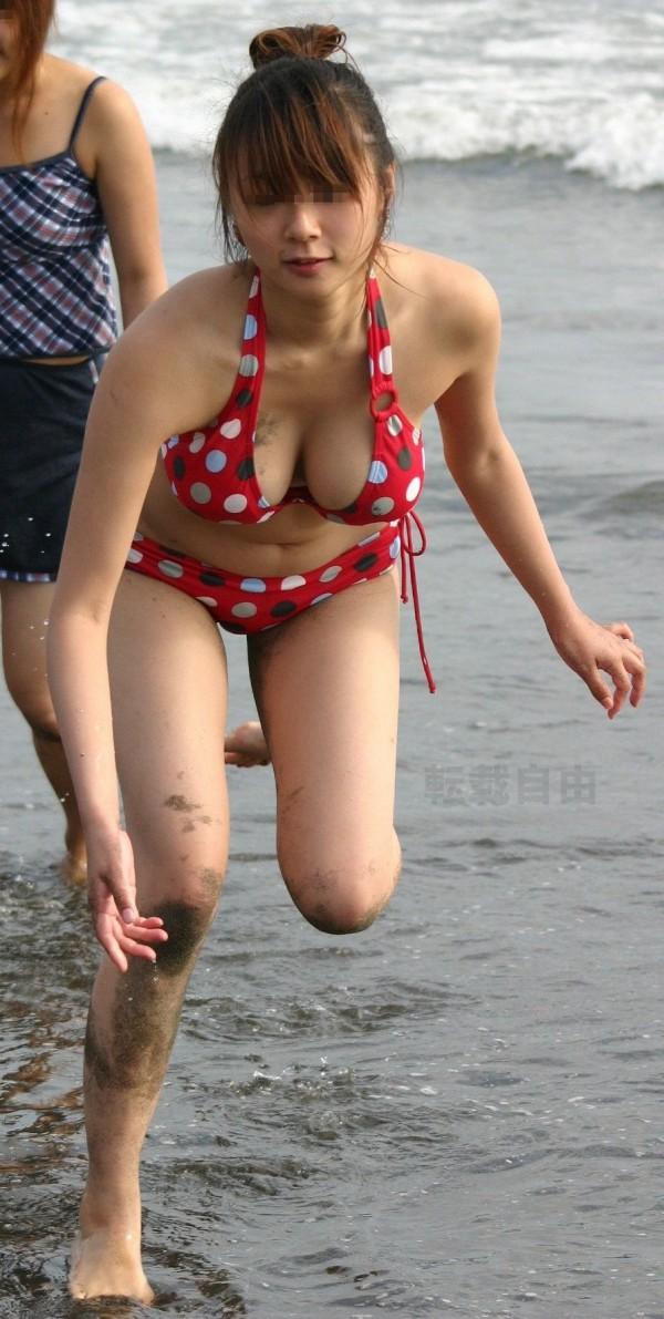貧乳水着の隙間から胸チラ乳首を盗撮したエロ画像6枚目