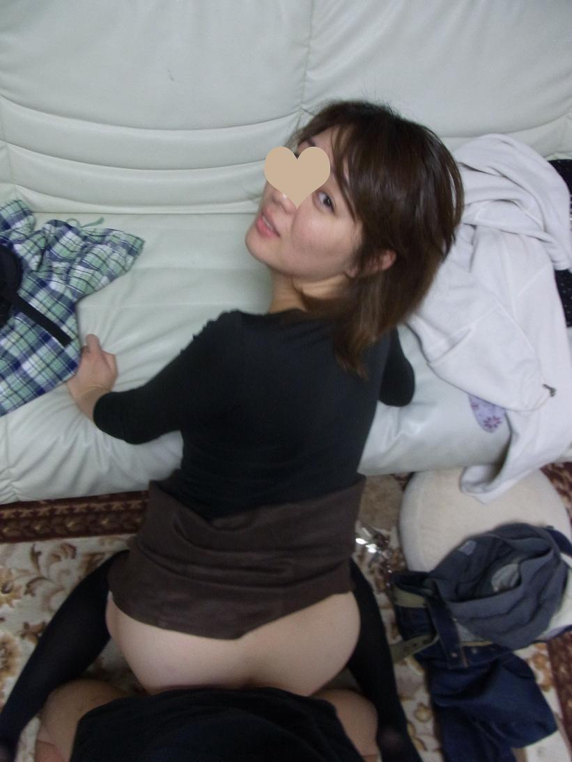 間男にバック体位で犯される美人若妻の不倫画像