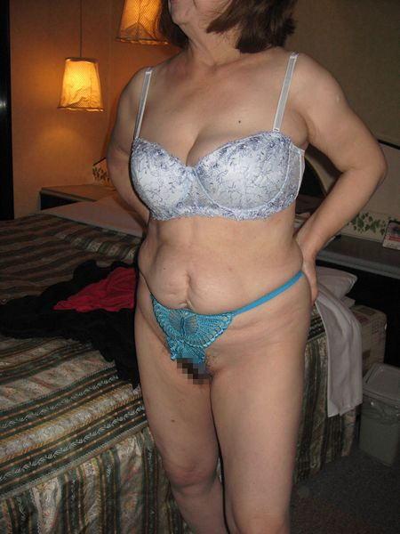 不倫人妻の衰えが隠せない下着姿の流出エロ画像5枚目