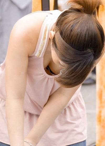 急いで洗濯をする部屋着のjk妹の胸チラ盗撮エロ画像7枚目
