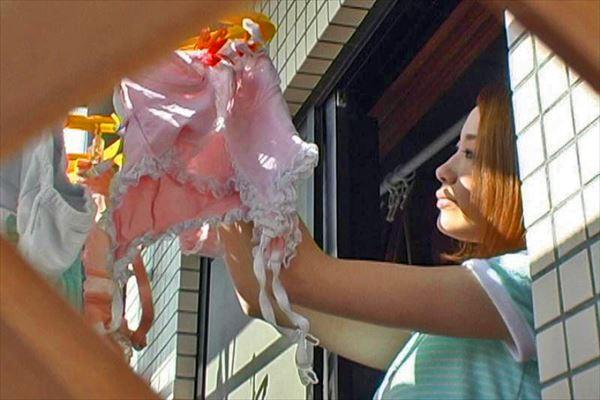 jc妹の膨らみ始めたBカップベランダ下着の盗撮エロ画像3枚目