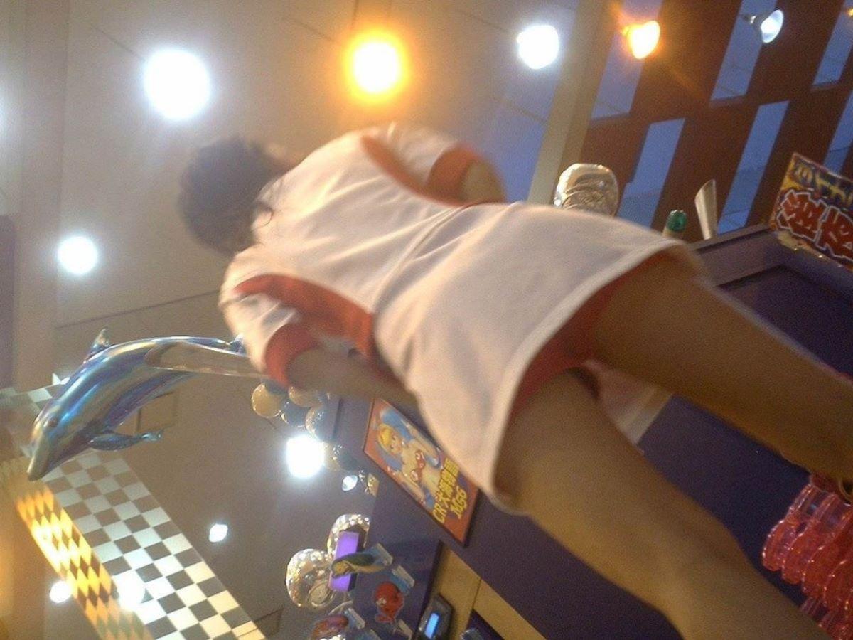 パチンコ屋店員のワレメに食い込む下着の盗撮エロ画像2枚目