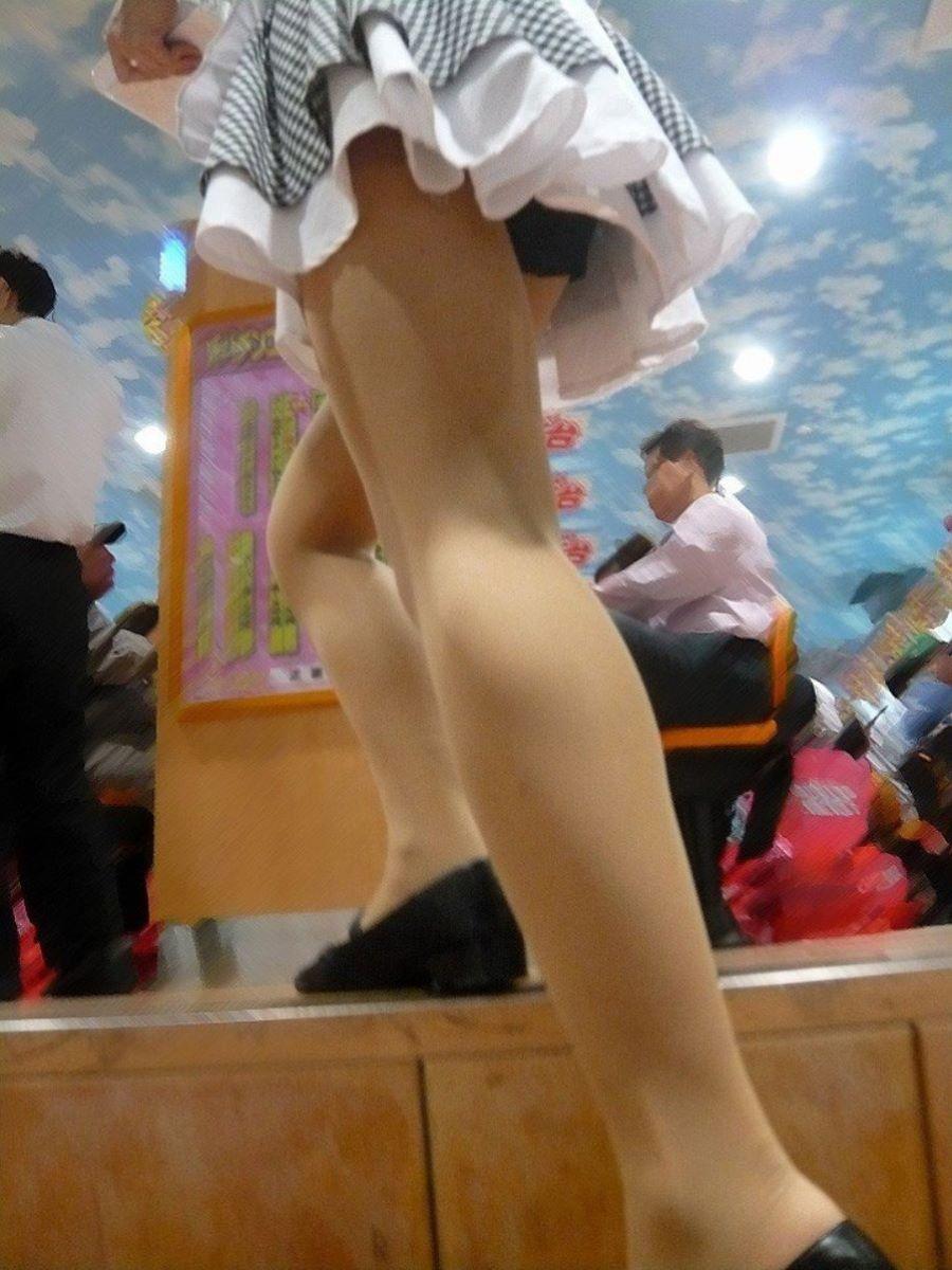 パチンコ屋店員のワレメに食い込む下着の盗撮エロ画像5枚目
