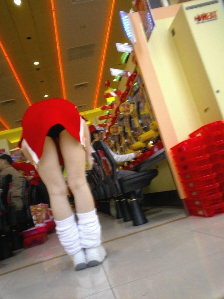 パチンコ屋店員のワレメに食い込む下着の盗撮エロ画像9枚目