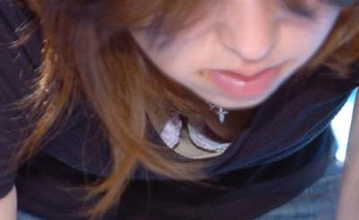 後輩女子大生のサークル胸チラのDカップ盗撮エロ画像15枚目