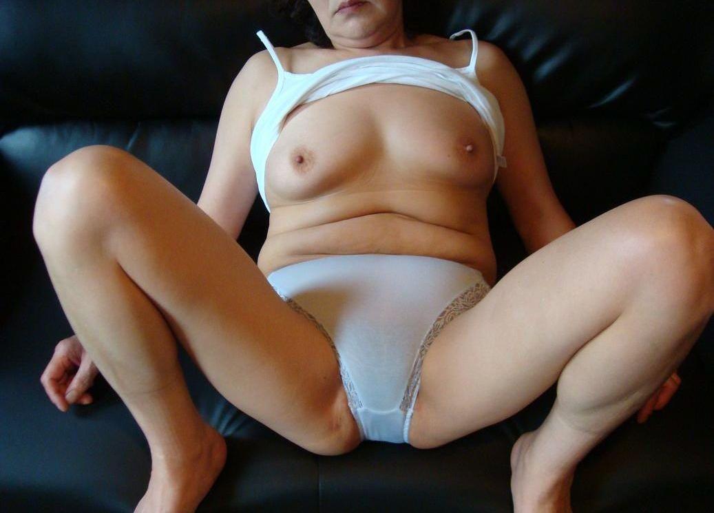 出会い系の男の性奴隷になる超熟女の人妻下着エロ画像