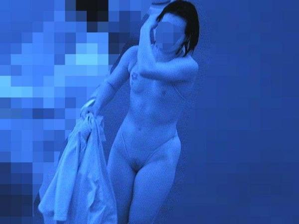 赤外線で未熟なマ○筋まで浮かび上がる盗撮エロ画像7枚目